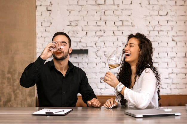 Gli uomini d'affari ridono e si rilassano durante una pausa in un caffè