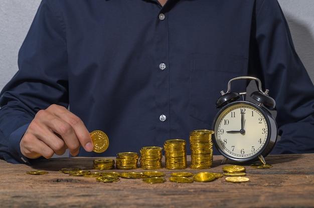 Gli uomini d'affari risparmiano denaro per la crescita degli affari