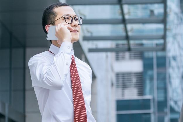 Gli uomini d'affari rispondono ai telefoni alla porta dell'ufficio