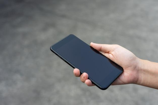 Gli uomini d'affari sbloccano lo schermo dello smartphone per uso aziendale