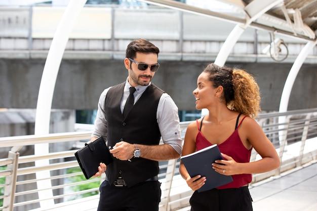 Gli uomini d'affari si discutono l'un l'altro per il giorno dell'amicizia