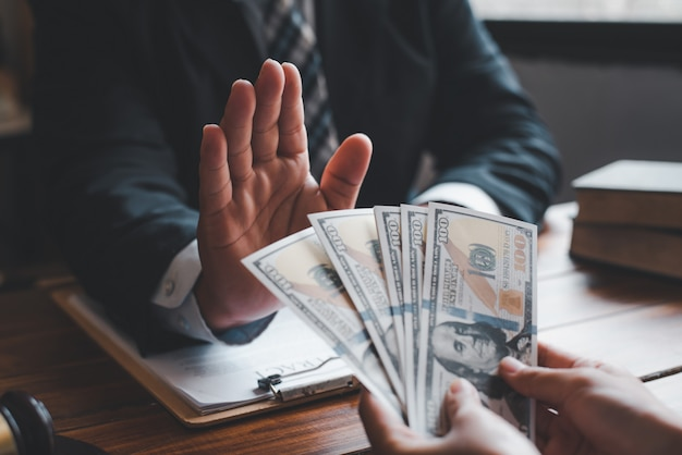 Gli uomini d'affari si rifiutano di accettare tangenti nella firma dei contratti.