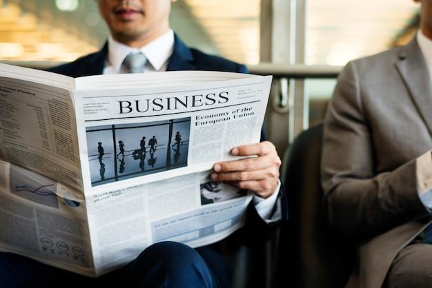 Gli uomini d'affari si rompono e leggono il giornale