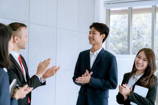 Gli uomini d'affari si stringono la mano concordano un sacco di vendite di grandi lotti che finiscono l'obiettivo dei piani di marketing dell'azienda