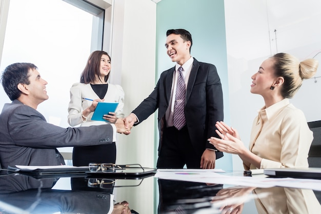 Gli uomini d'affari si stringono la mano dopo l'affare di successo