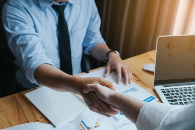 Gli uomini d'affari si stringono la mano, finendo incontro