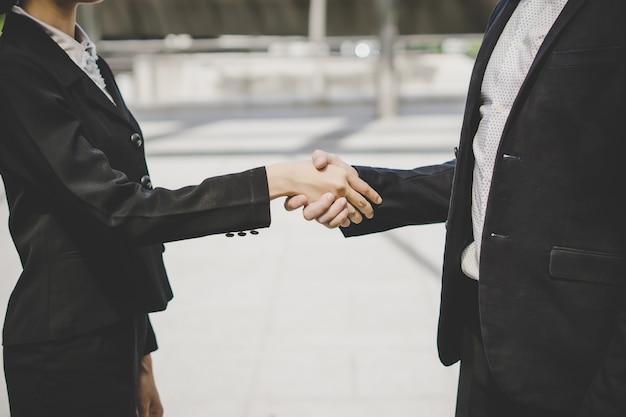 Gli uomini d'affari si stringono la mano, finendo le riunioni. concetto di business