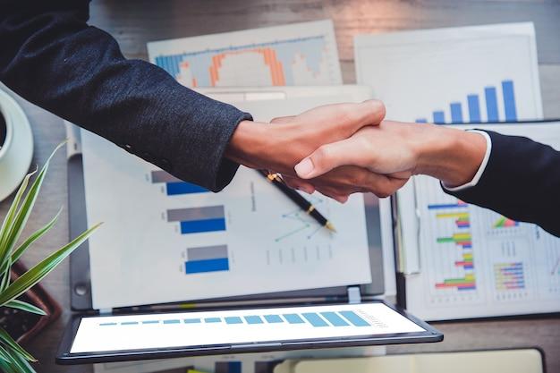 Gli uomini d'affari si stringono la mano, la finitura del partner.