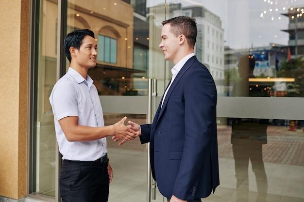 Gli uomini d'affari si stringono la mano