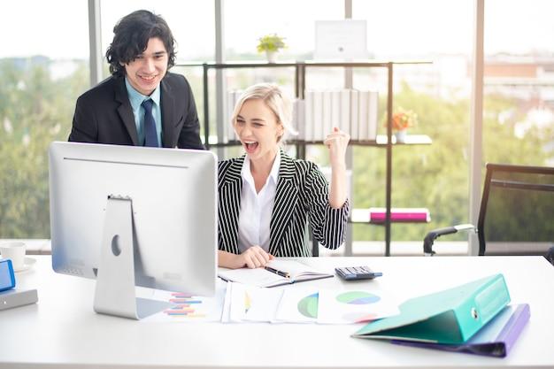 Gli uomini d'affari sono felici del successo aziendale in ufficio