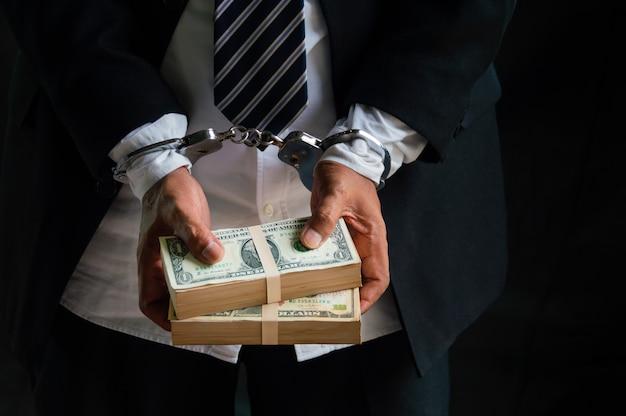Gli uomini d'affari sono stati arrestati e ammanettati