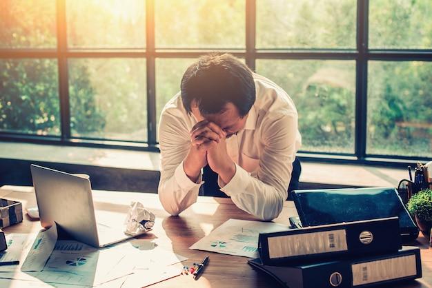 Gli uomini d'affari sono stressati con il lavoro in ufficio.