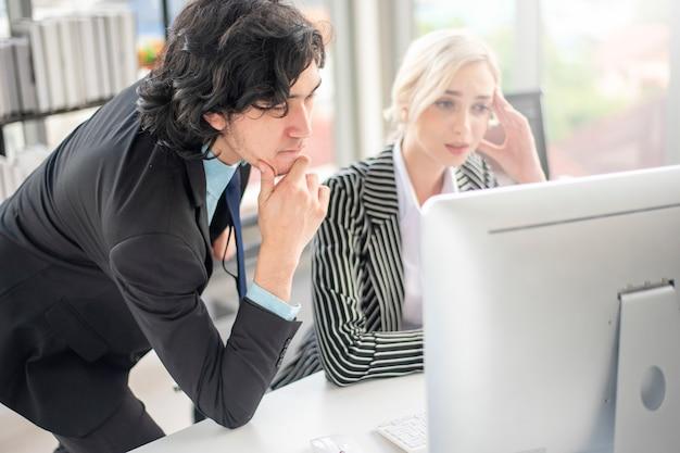 Gli uomini d'affari sono stressati da problemi aziendali