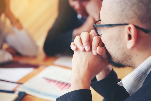Gli uomini d'affari stanno incontrando piani per risolvere la società sono perdite. concetti. riunioni d'affari, pianificazione, negoziazione, risoluzione dei problemi