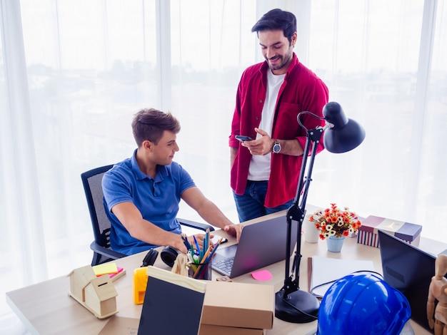 Gli uomini d'affari stanno lavorando insieme e si incontrano per discutere la situazione per affari, concetto di business