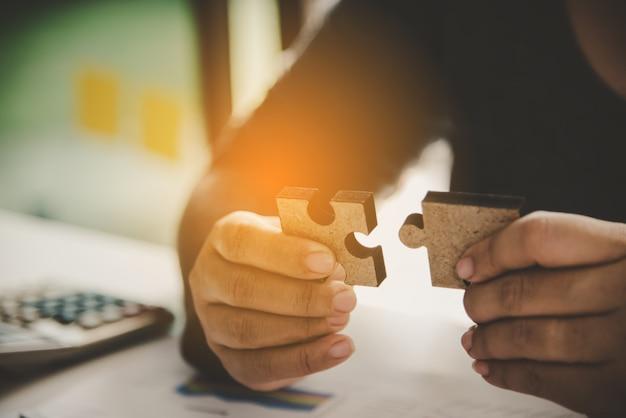 Gli uomini d'affari stanno prendendo puzzle per connettersi
