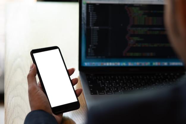 Gli uomini d'affari tengono il telefono per controllare la posta elettronica su internet.