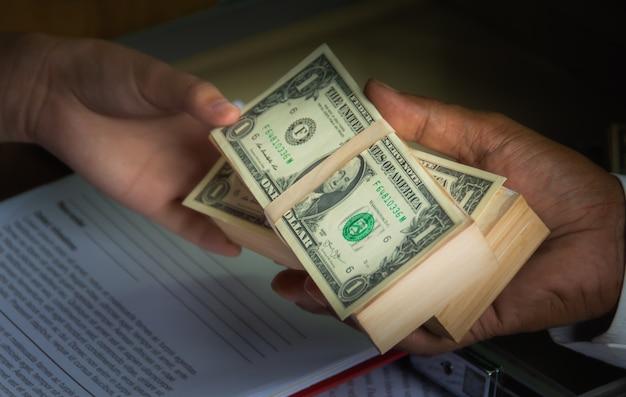 Gli uomini d'affari usano i soldi per corrompere altre persone in cambio della firma dei contratti