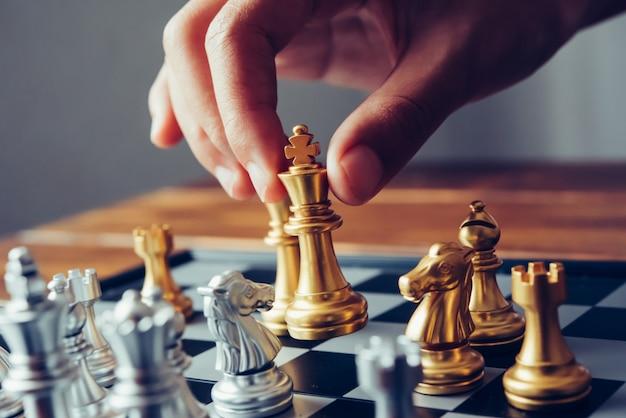 Gli uomini d'affari usano idee di scacchi - idee di pianificazione aziendale