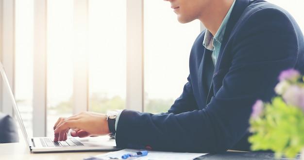 Gli uomini d'affari usano il notebook e riempiono seriamente il lavoro svolto fino al mal di testa