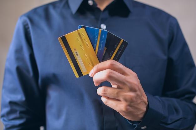 Gli uomini d'affari usano le carte di credito in blu
