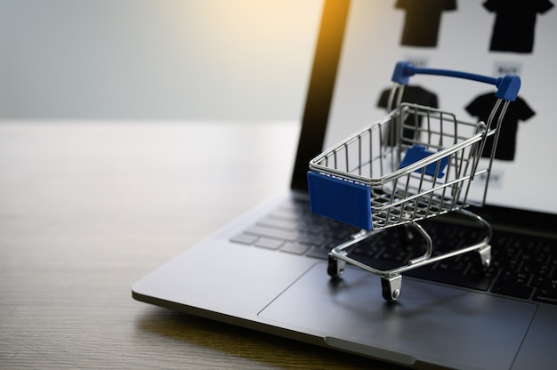 Gli uomini d'affari utilizzano la tecnologia e-commerce internet global marketing piano d'acquisto
