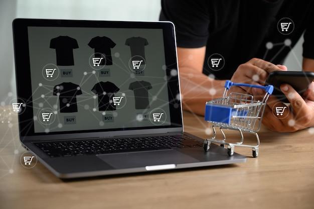 Gli uomini d'affari utilizzano la tecnologia e-commerce internet global marketing piano d'acquisto