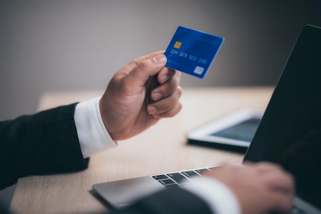 Gli uomini d'affari utilizzano le carte di credito per effettuare transazioni finanziarie sul lavoro