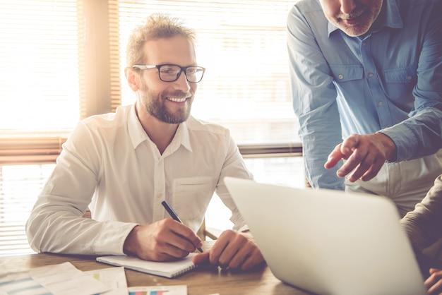 Gli uomini d'affari utilizzano un computer portatile