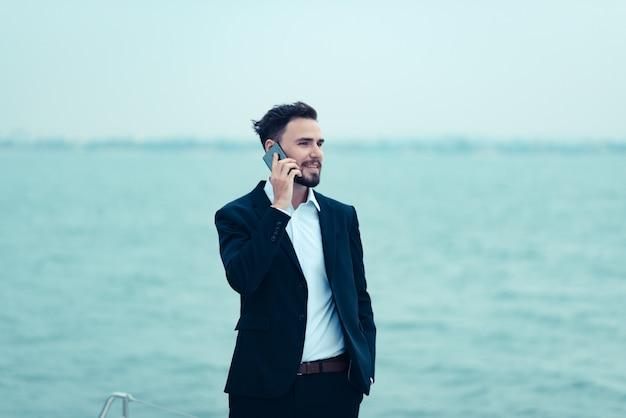 Gli uomini d'affari utilizzano uno smartphone nel fare affari online, moderni concetti di business online