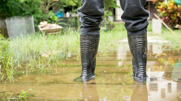 Gli uomini indossano stivali neri per un'alluvione.