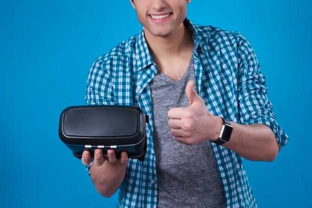 Gli uomini mediorientali recensiscono gli occhiali per realtà virtuale.