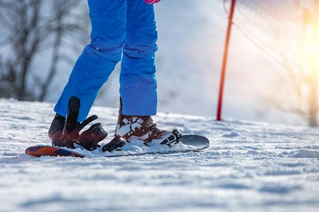 Gli uomini sciano sulla neve in montagna.