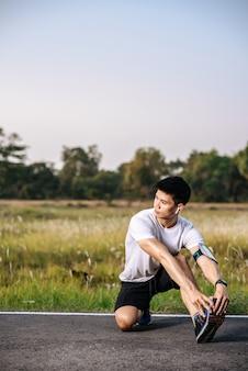 Gli uomini si scaldano prima e dopo l'esercizio