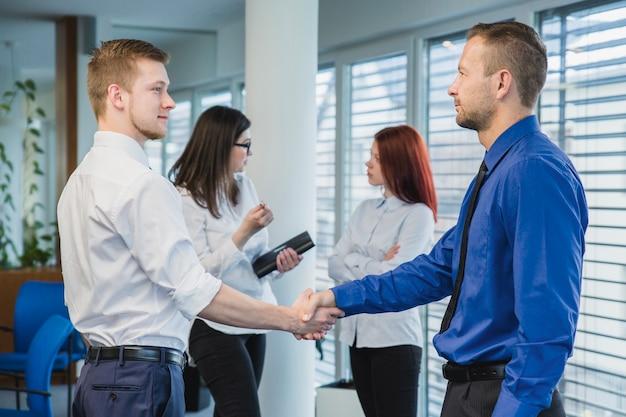 Gli uomini si stringono la mano in ufficio