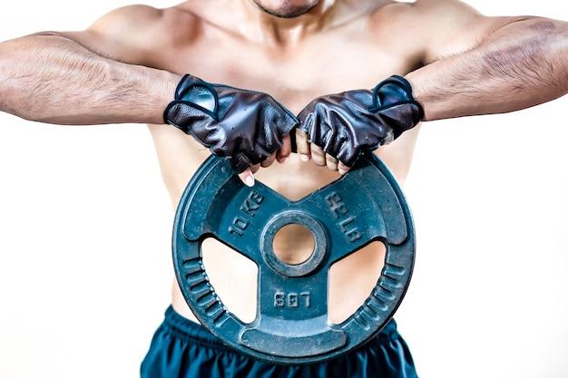 Gli uomini sollevano l'innalzamento del peso del manubrio sul petto durante l'esercizio in palestra