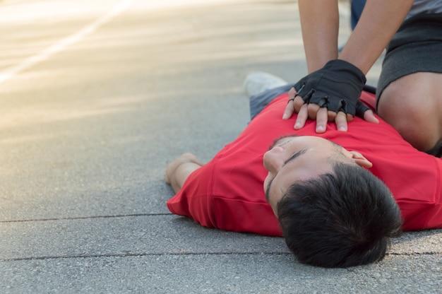 Gli uomini stanno facendo cpr per un amico che ha un attacco di cuore