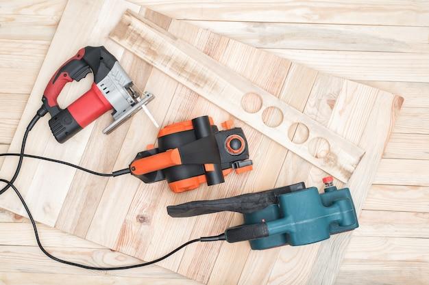 Gli utensili elettrici per la lavorazione del legno si trovano su un tavolo