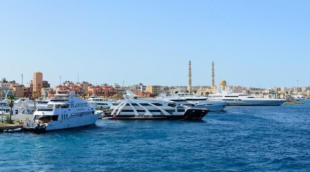 Gli yacht di lusso si sono messi in bacino nel panorama orientale del porto marittimo