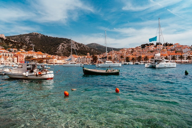 Gli yacht ormeggiati si trovano nella città portuale