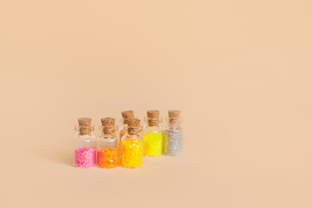 Glitter colorati in bottiglie