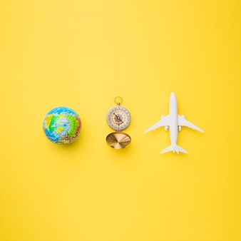 Globo, bussola e aereo giocattolo