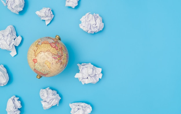 Globo del mondo in nuvola di carta con lo spazio della copia blu