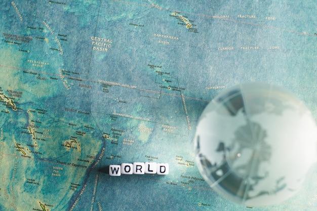 Globo di cristallo e mappa del mondo con