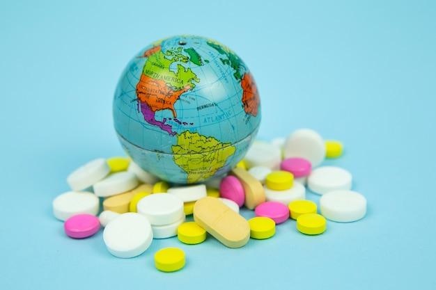 Globo nelle mani del dottore. gli abitanti del pianeta stanno combattendo il coronavirus. la pandemia globale covid 19. globo in una maschera medica.