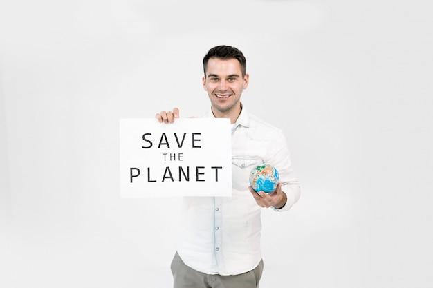 Globo nelle mani del giovane e poster di carta con save the planet text, isolato su sfondo bianco. salva il concetto di terra.