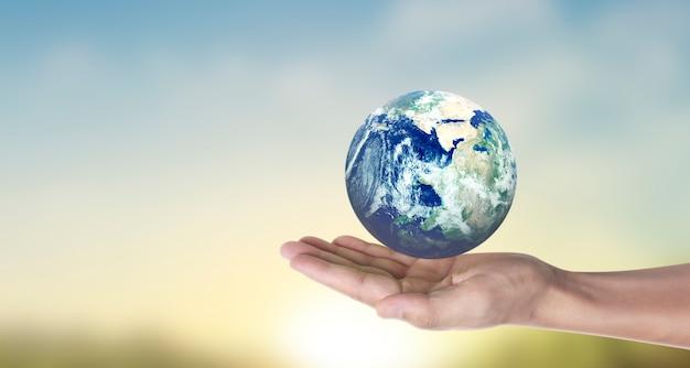 Globo, terra in mano umana, tenendo il nostro pianeta in fiamme. immagine fornita dalla nasa