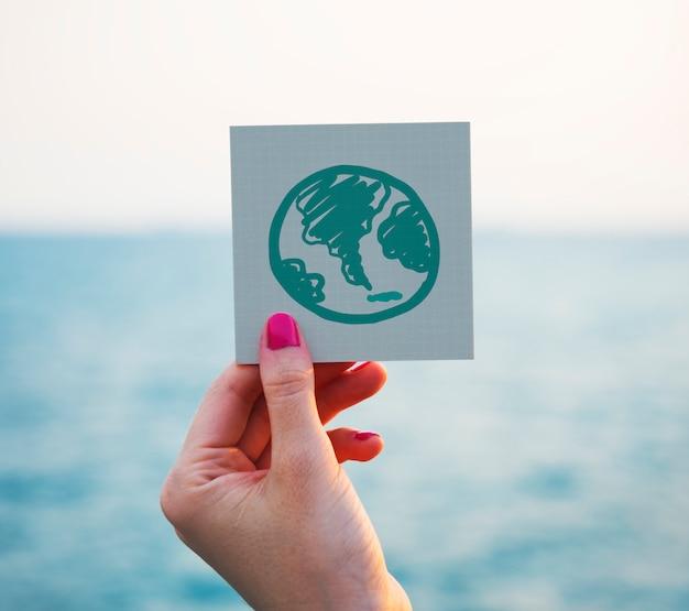 Globo verde che attinge un documento di appunto
