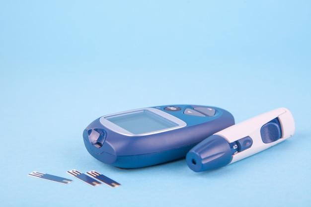Glucometro e un pugno per la diagnosi di glucosio