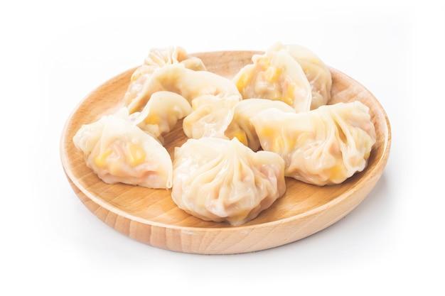 Gnocchi cinesi del cereale su bianco